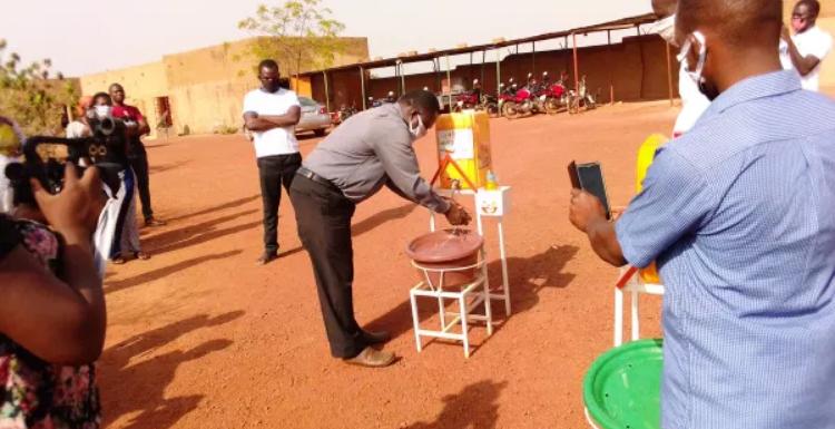Lutte contre le Corona virus dans le Zondoma : Des écoles du Zondoma bénéficient de kits de lavage de mains offerts par AMR-Burkina